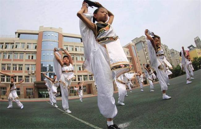 学生课间练武术 Students practice martial arts for exercise