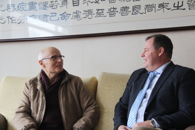 Jan Cato, a 76-year-old the Norwegian patient diagnosed with AMD, talks with Ole Frydenlund, director of the TCM center in Tonsberg, and head of the St. Olav Eye Clinic during a medical treatment tour in Beijing on October 17, 2017. [Photo: China Plus]