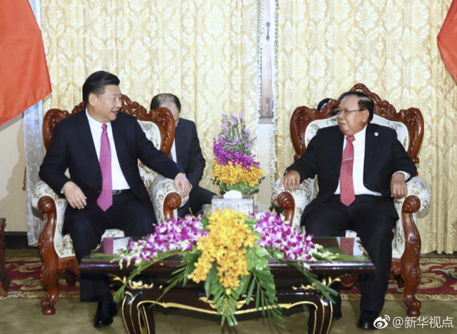 Chinese President Xi Jinping (left) meets with Bounnhang Vorachit on November 13, 2017. [Photo: Xinhua]