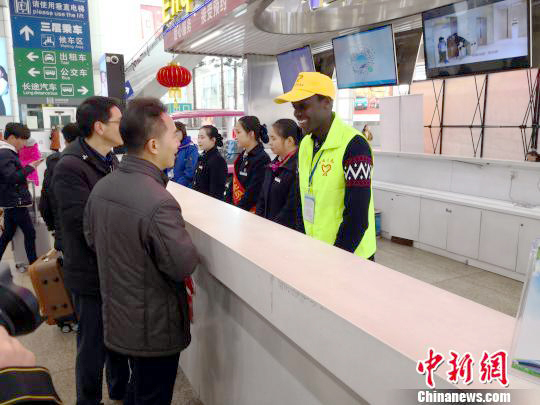 African volunteer Fan Wei provides guidance to people at Guangzhou South Railway Station. [Photo: Chinanews.com]