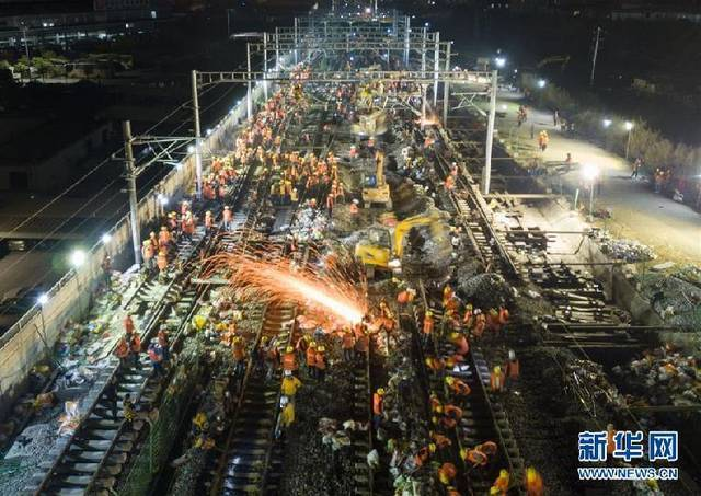 Workers work on the construction site of Longyan railway station to join three existing railways to a new one in Longyan city of Southeast China's Fujian province, Jan 19, 2018. [File photo: Xinhua]