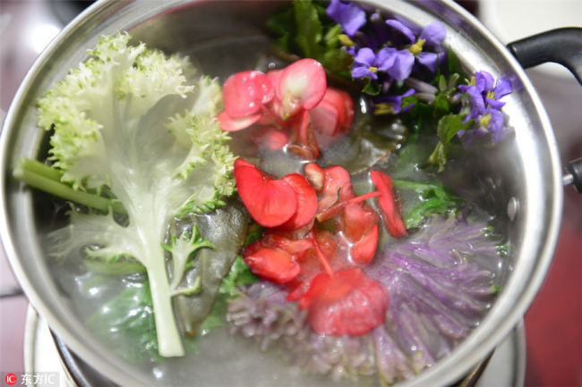 Flowers are boiled(煮) in a small pot. [Photo/IC]