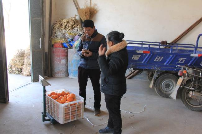 Now, following the steps of Deng Daqing, many local villagers have started to expand their business and sent their productions by express delivery. [Photo: China Plus/Li Shiyu]