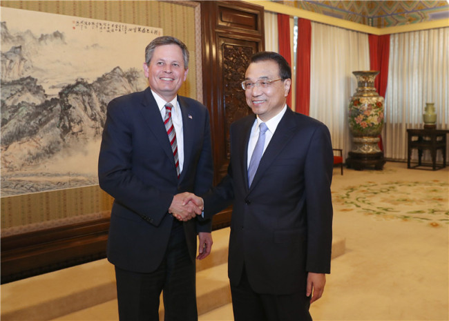 Chinese Premier Li Keqiang holds a meeting with a U.S. congress delegation, led by U.S. senator Steve Daines, March 27, 2018. [Photo: gov.cn]