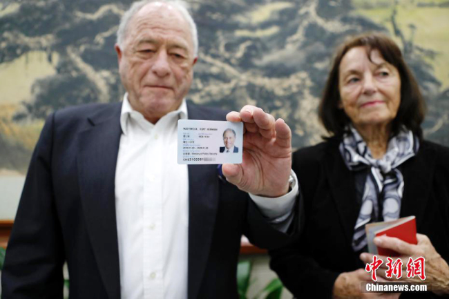 Kurt Wüthrich, Swiss scientist and Nobel Prize winner for Chemistry in 2002, shows his permanent residence card at the Shanghai Exit-Entry Administration Bureau, April 2, 2018. [Photo: Chinanews.com]