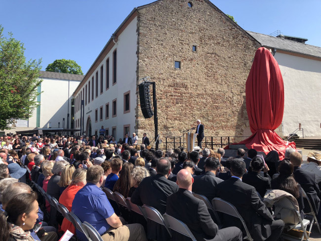 People attend a ceremony for the unveiling of a statue of Karl Marx in Trier, Germany on Saturday, May 5, 2018. [Photo: China Plus/Ruan Jiawen]