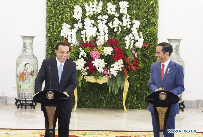 Chinese Premier Li Keqiang (L) and Indonesian President Joko Widodo meet the press after their talks at the presidential palace in Bogor, Indonesia, May 7, 2018. [Photo: Xinhua]