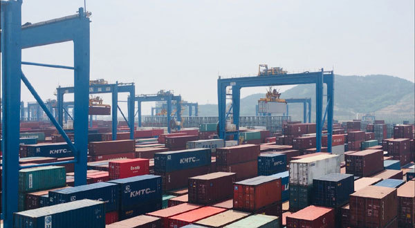 Automatic stacking cranes transport shipping containers at the automated terminal. [Photo: China Plus]