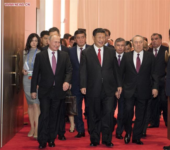 Chinese President Xi Jinping (C, front) and guests attending the 18th Shanghai Cooperation Organization (SCO) summit head for a banquet in Qingdao, east China's Shandong Province, June 9, 2018.[Photo: Xinhua]