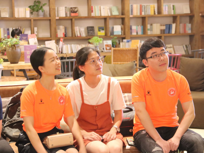 Cai Pengcheng (R) a staff member with a local sports industry office in Jinjiang talks with his partners during a group discussion at an English corner at the Yuntai book store in Jinjiang, Fujian Province on June 12, 2018. [Photo: China plus/JICA]