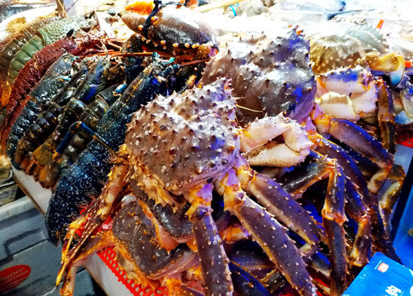 Seafood is on the shelves of the Sanyuanli Market in Chaoyang District, Beijing. [Photo: IC]