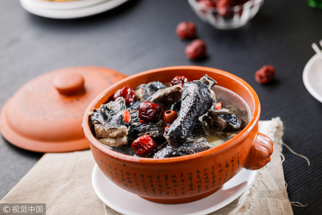 A pot of black-bone chicken stewed with Traditional Chinese Medicine herbs. [File Photo: VCG]