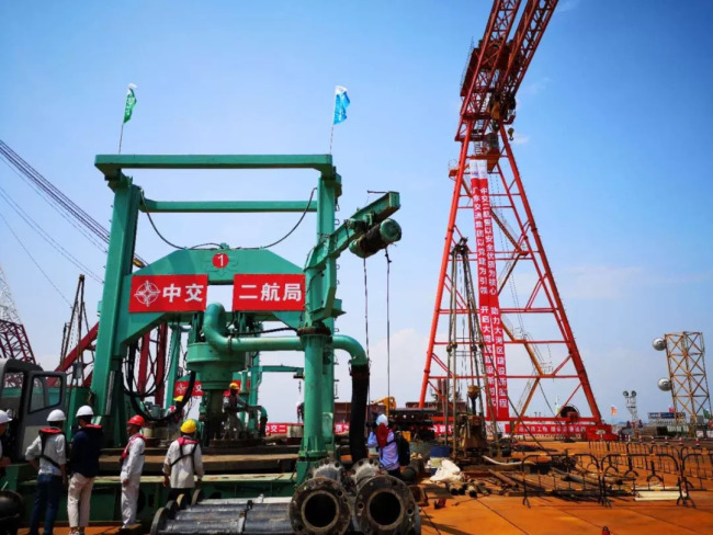 The construction of a bridge section of Shenzhen-Zhongshan highway starts on September 6, 2018. [Photo: thepaper.cn]