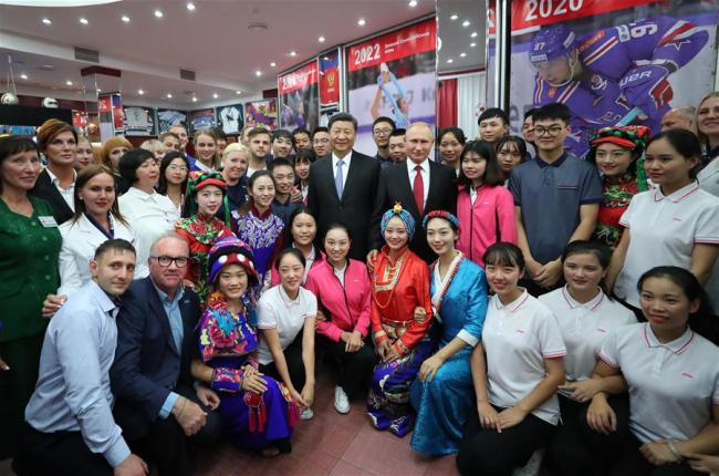 """Chinese President Xi Jinping and Russian President Vladimir Putin pose for photos with youths from China and Russia and faculty representatives as they visit the All-Russian Children's Center """"Ocean"""" in Vladivostok, Russia, Sept. 12, 2018. [Photo: Xinhua]"""