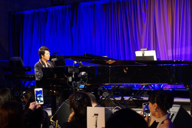 World-renowned Chinese pianist Lang Lang performs at a benefit gala in New York on October 10, 2018. [Photo: China Plus/Qian Shanming]