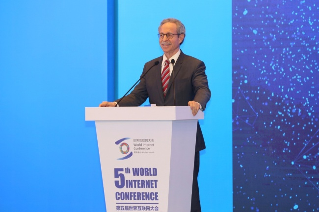 "Robert Lawrence Kuhn, chairman of the Kuhn Foundation, hosts the keynote speech I: Digital Divide and Economic Development at a ministerial forum themed ""Bridging the Digital Divide"" in Wuzhen, East China's Zhejiang province on Nov 8, which serves as a sub-forum of the fifth World Internet Conference.[Photo:Chinadaily]"