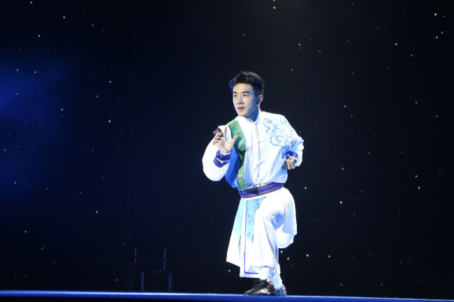 """A martial artist from the Huo Yuanjia Civil and Military School in Tianjin performs at a stage show, the """"Legend of Kungfu,"""" in Mauritius, November 30, 2018. [Photo: China Plus/Gao Junya]"""