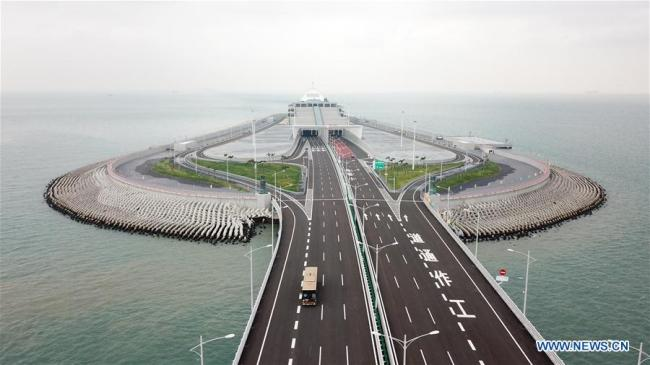 Aerial photo taken on Oct. 24, 2018 shows cars running on the Hong Kong-Zhuhai-Macao Bridge. The Hong Kong-Zhuhai-Macao bridge, the world''s longest cross-sea bridge, opened to public traffic Wednesday. [Photo: Xinhua/Liang Xu]