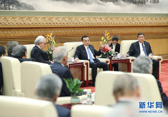 Chinese Premier Li Keqiang (M) meets with delegates attending the third Understanding China Conference in Beijing on Monday December 17, 2018. [Photo: Xinhua]