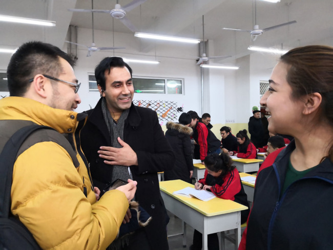 A Pakistani reporter speaks with students at a training center. [Photo: China Plus]