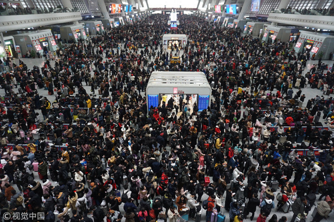 Travelers arrive at the Hangzhou railway station in Hangzhou, Zhejiang Province on February 10, 2019 [Photo: VCG]