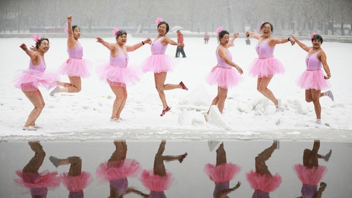 Swimmers pose like ballet dancers for stylish snaps in the snow