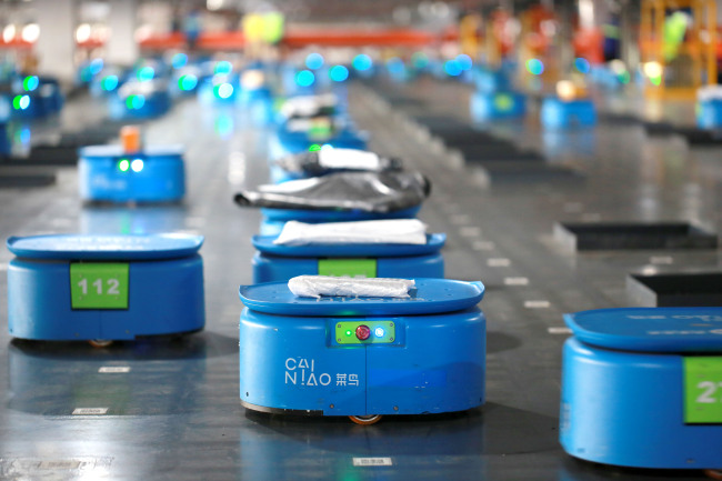 Self-charging robots sort packages at a smart logistics center opened by Cainiao and YTO Express in Hangzhou, Zhejiang Province, seen here on September 14, 2018. [File Photo: IC]