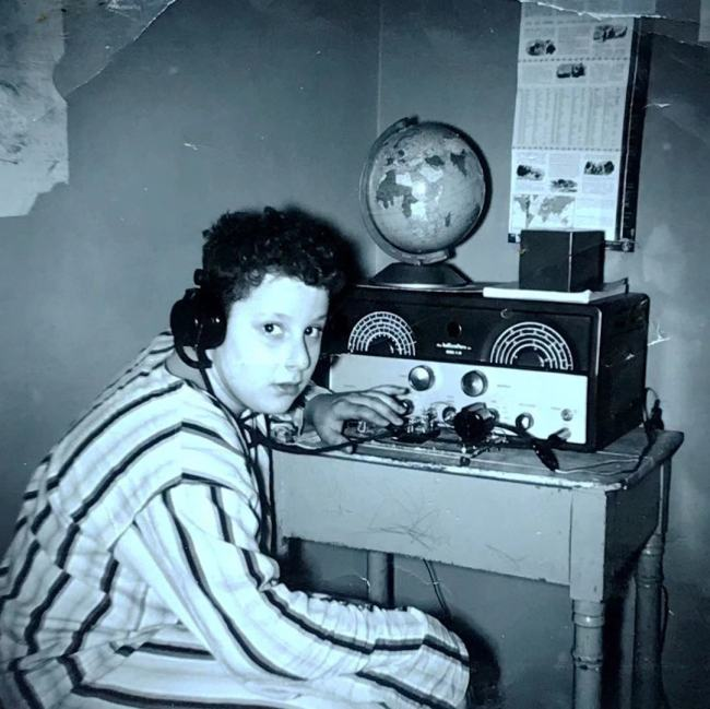Harvey Dzodin and his shortwave radio. [File photo provided to China Plus]