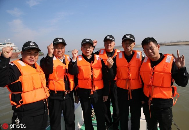 The patrol and protection team in Anqing headed by Hu Shibin (third from left) aims to preserve the Yangtze finless porpoises. [Photo: dfic.cn]