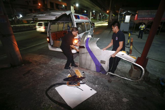 Workers of the Light Rail Transit Authority (LRTA) recover debris after two train coaches collided in Metro Manila, Philippines, 19 May 2019. [Photo: IC]