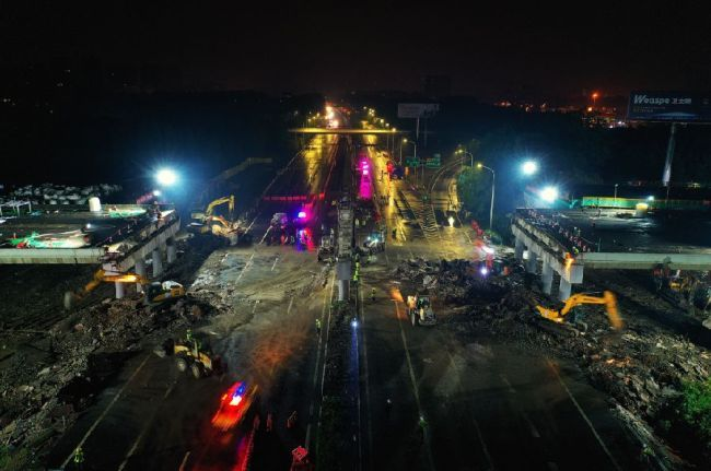 The construction site of the bridge demolishing work in Jiangyin section of the Beijing-Shanghai Expressway [Photo: Xinhua]