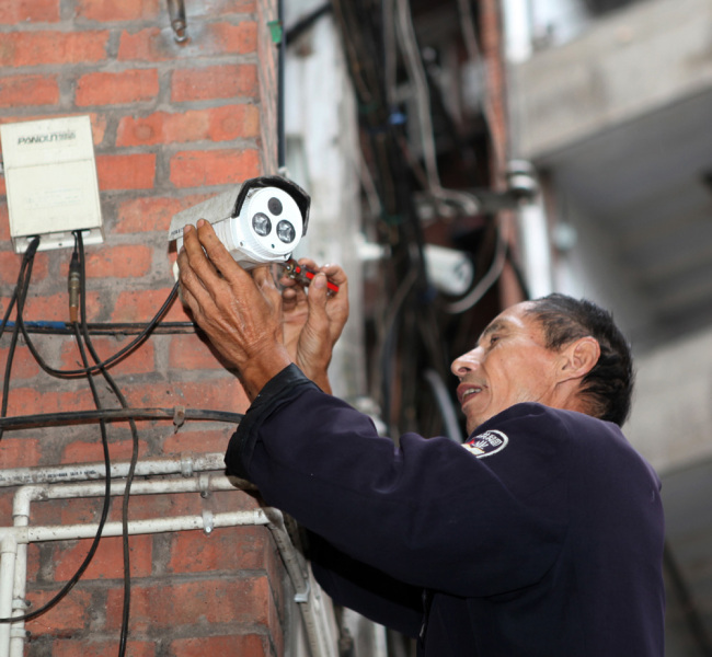 A security installs camera in Chongqing. [File photo: IC]