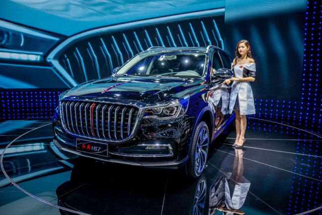 A model poses beside a Hongqi (Red Flag) HS7 car during the 16th China (Guangzhou) International Automobile Exhibition, also known as Auto Guangzhou 2018, in Guangzhou, Guangdong Province on November 16, 2018. [File photo: IC]