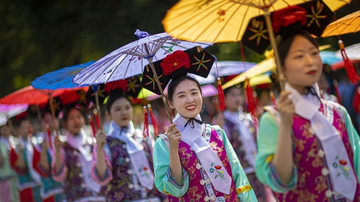 Costumes with Chinese characteristics shine at Edinburgh Festival Carnival in the UK