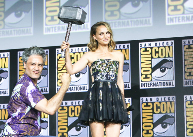 Natalie Portman proves she is the new Thor by lifting Thor's hammer during the Marvel Comic Universe Panel on Day 3 of Comic Con 50 in San Diego, CA, July 20, 2019. [Photo: IC]