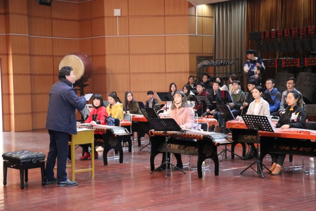 Tan Jun rehearsed with the students of Chime Bells Youth Orchestra. [Photo courtesy of Tan Jun]