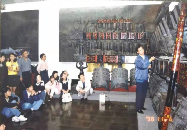 """Feng Guangsheng gave lecture in the """"Seed Workshop"""" in Taipei to local instrumentalists in 1998. [Photo courtesy of Feng Guangsheng]"""
