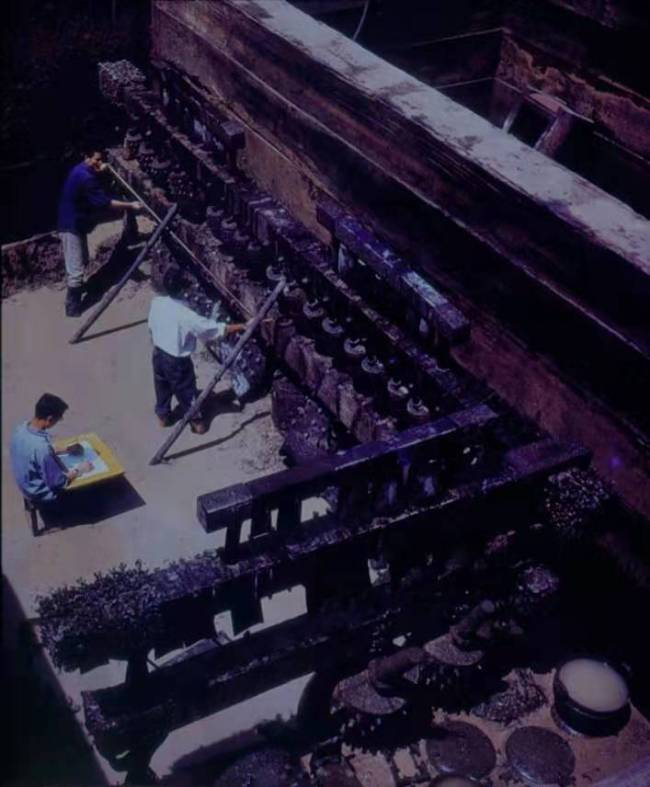 Archeologists recorded the information of the ancient bells. [File photo provided by Hubei Provincial Museum]