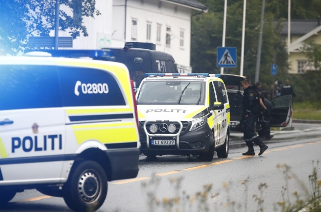 Police attend the scene after a shooting inside the al-Noor Islamic center mosque in Baerum outside Oslo, Norway, Aug. 10, 2019. Norwegian police say one person has been shot and lightly injured during a shooting incident at a mosque in a western suburb of the capital. [Photo: IC]