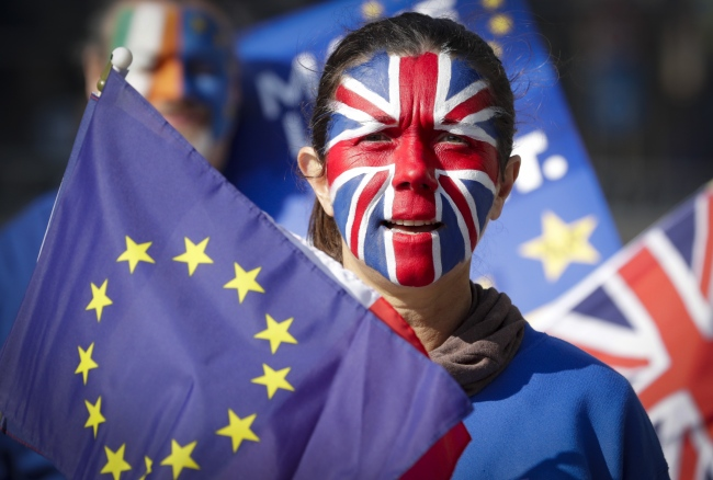 A protester with face painted with the colors of British flag during a protest staged by about 20 anti-Brexit demonstrators calling for a second referendum on Brexit in front of EU Commission Building ahead of EU Summit in Brussels, Belgium, 21 March 2019. [File photo: IC]