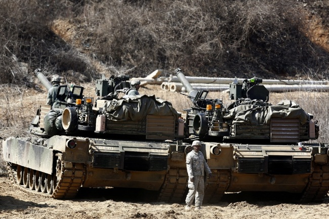 US Army soldiers and M1A2 tanks participate in the South Korea and US military forces 'Foal Eagle' annual joint military exercises at drill field near the demilitarized zone (DMZ) on Paju in Gyeunggi Province, South Korea, March 26, 2016. [File Photo: EPA via IC/JEON HEON-KYUN]
