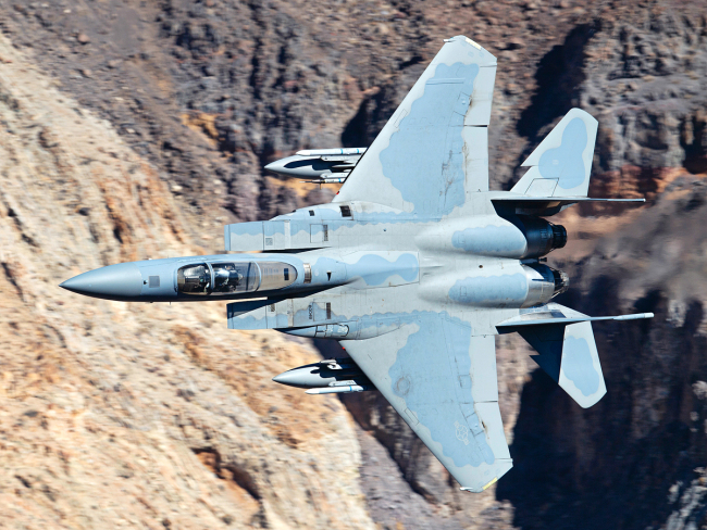 An F-15C fighter crossing a canyon. [File Photo: VCG]