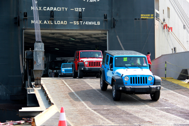 American-made Jeep Wranglers worth nearly 30 million U.S. dollars entering China via a port in Guangzhou in Guangdong Province on December 5, 2017. [Photo: VCG]