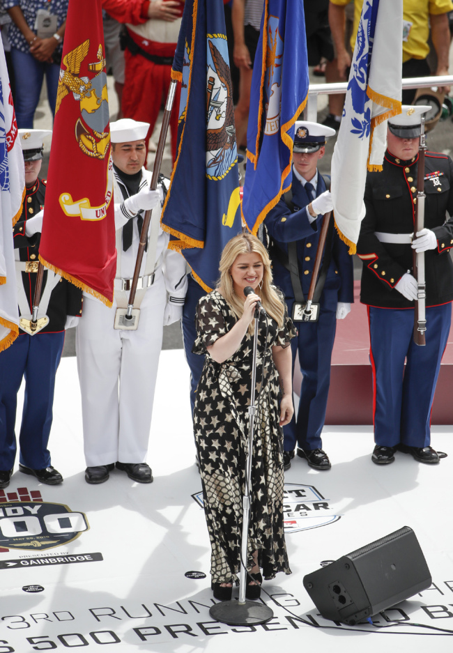 Kelly Clarkson sings the national anthem before the 103rd running of the Indianapolis 500 auto race at the Indianapolis Motor Speedway in Indianapolis, Indiana, USA, May 26, 2019. [Photo: IC]