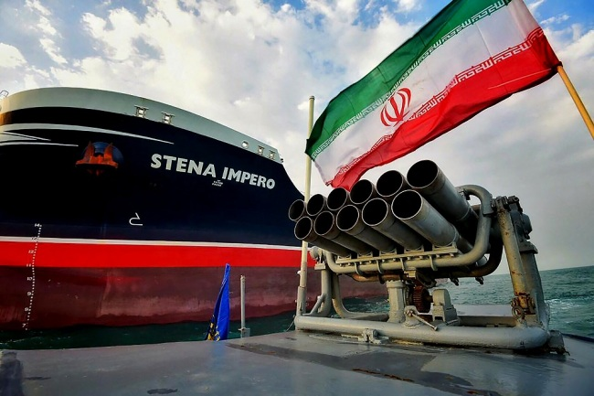 Iranian Revolutionary Guards in speedboats patrolling the British-flagged oil tanker Stena Impero, which was seized in the Strait of Hormuz on Friday by the Guard, in the Iranian port of Bandar Abbas. [File Photo: IC]