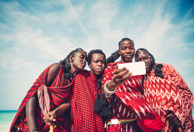 African young people reading a smartphone message. [File Photo: VCG]