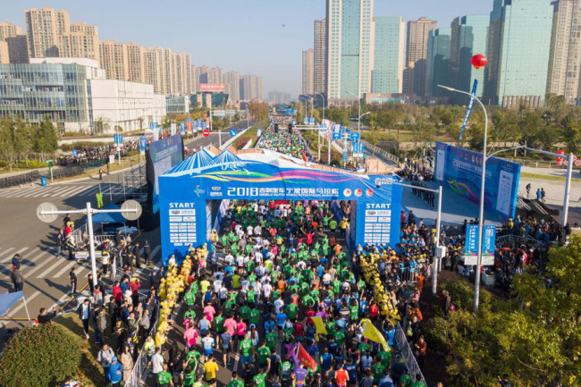 Runners start their 2018 Ningbo International Marathon race in downtown Ningbo on Oct 28, 2018. [File photo provided to China Plus]