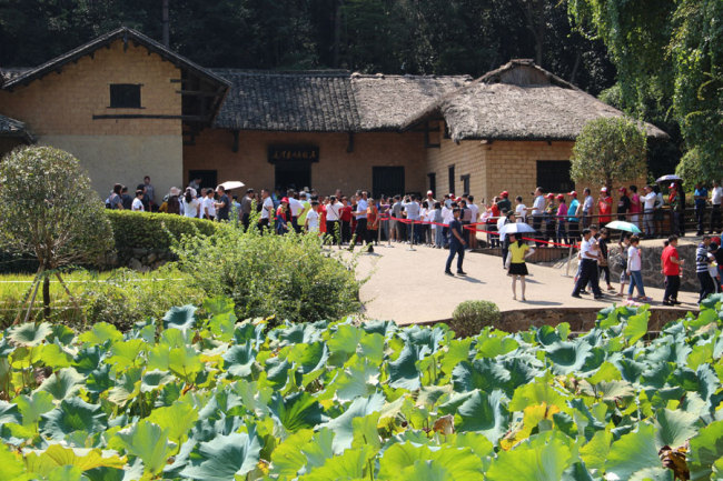 More than 10,000 visitors arrive at the former residence of Chairman Mao at Shaoshan. [Photo courtesy of Melsam Ojha]