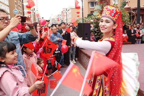Residents in Urumqi, regional capital city of Northwest China's Xinjiang Uyghur Autonomous Region celebrate the 70th anniversary of the founding of the People's Republic of China on October 3. [Photo: VCG]